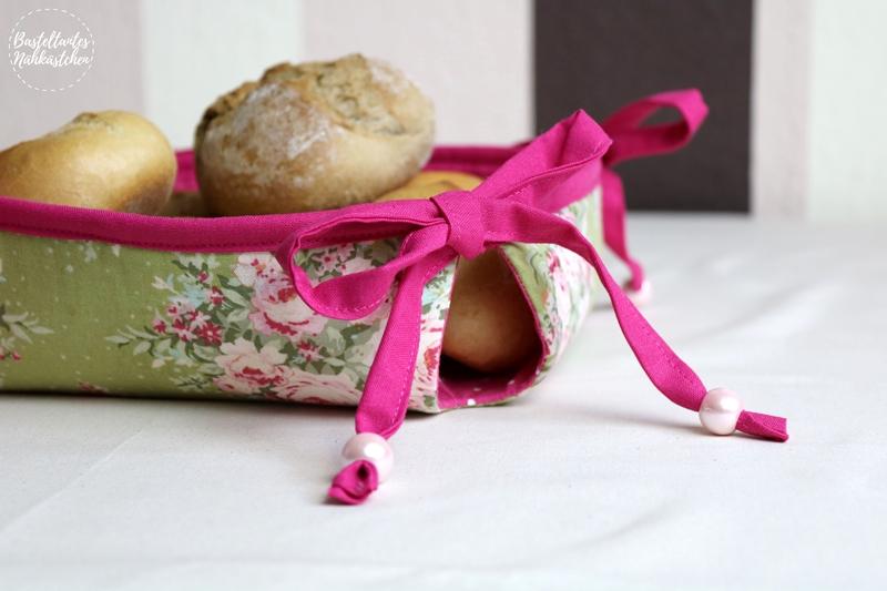 DIY Körbchen Mathilda mit pinken Schleifen aus Tilda Stoff als Brotkorb auf dem Frühstückstisch