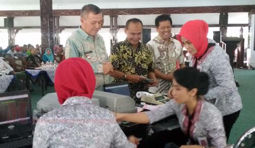 Plt Bupati, dr. Buntaran saat melakukan pembayaran PBB dengan sistem baru