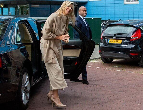 Dutch Queen Maxima wore a new sleeveless high neck shirt by Zara. Gianvito Rossi pumps and earrings
