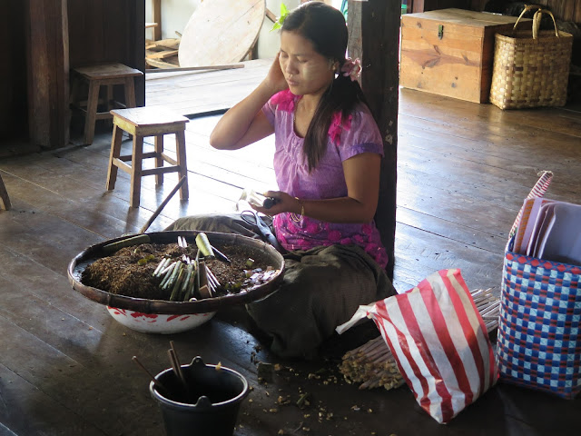 Mujer birmana con thanaka