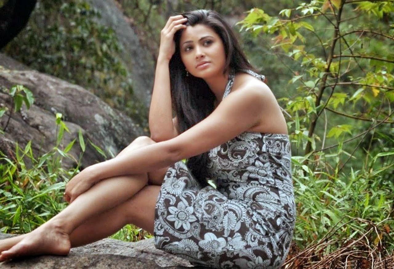 Hot Indian Bollywood Actress Daisy Shah Hd Wallpapers-2381