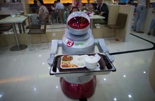 Robot en restaurante chino sirviendo a los clientes