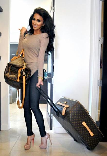latina con sus maletas