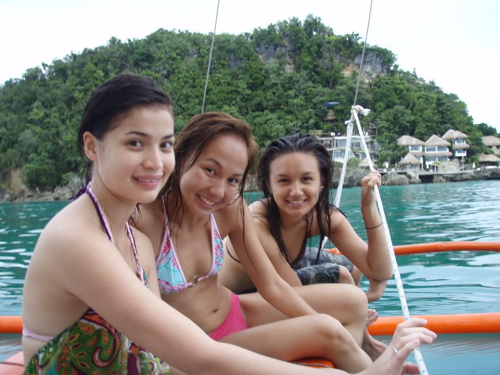 Anne Curtis  Sexy Bikini Pics With Her Friends  Asian -7649