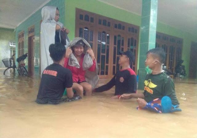 Aksi Cepat Tanggap Banser Evakuasi Korban Banjir Pacitan