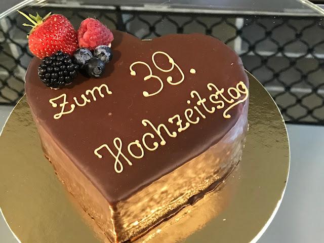 Sacherherz zum 39. Hochzeitstag London meets Garmisch-Partenkirchen, Sommerhochzeit im Vintage-Look in Bayern mit internationalen Hochzeitsgästen, Riessersee Hotel, Hochzeitsplanerin Uschi Glas
