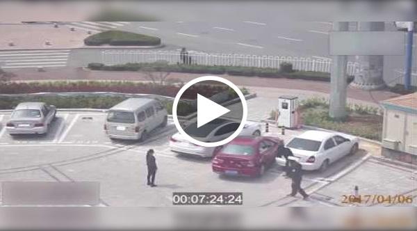 CCTV Tidak Sengaja Rakam Kejadian Ini.. Buat Saya Tengok Sampai 5 Kali!! Lihat Saat 2:04, Kereta Tidak Dpt Masuk Parking, Dia cuba Guna Tangan....