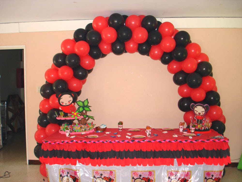 globos rojos y negros para la fiesta temática de Pucca