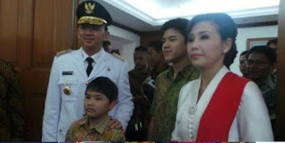 Pelaksana Tugas (Plt) Gubernur DKI Jakarta Basuki Tjahaja Purnama dan keluarga siap berangkat ke Istana Negara dari Balaikota, Rabu (19/11/2014).