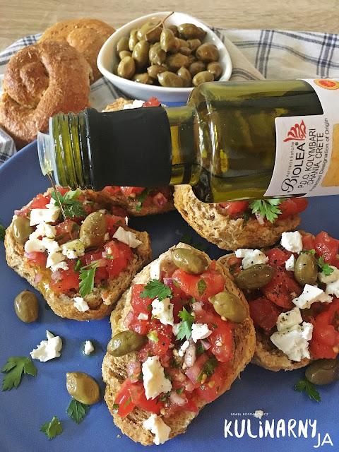 Greckie dakos z pomidorami i fetą na sucharkach jęczmiennych