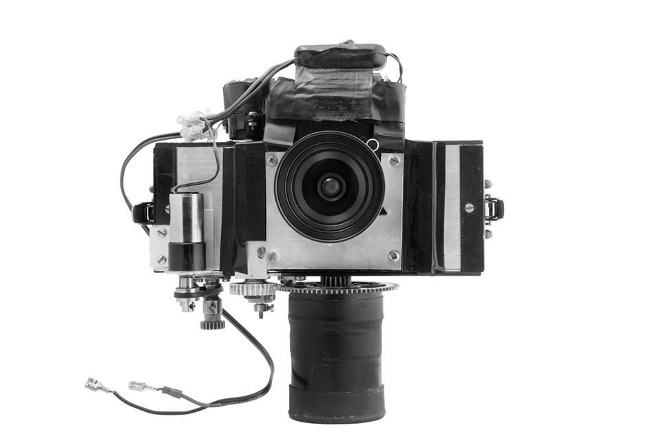 """La fotocamera supergrandangolare a 360° che utilizza pellicola in rullo da 70mm ha realizzato le fotografie del libro: """"Torino Milano 50 scatti senzza mirino"""". Progetto e costruzione: Giorgio Jano"""