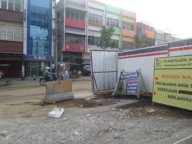 Solar LRT Tumpah, Belasan Pengendara Kecelakaan