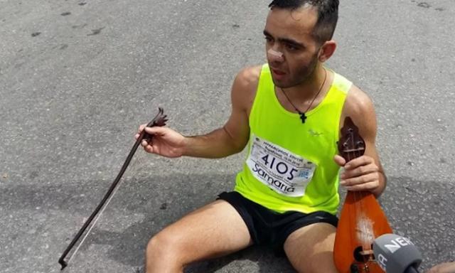 Συγκίνηση: Τερμάτισε στο Μαραθώνιο Κρήτης παίζοντας μαντινάδα για τον Γιώργο Μπαλταδώρο (video)