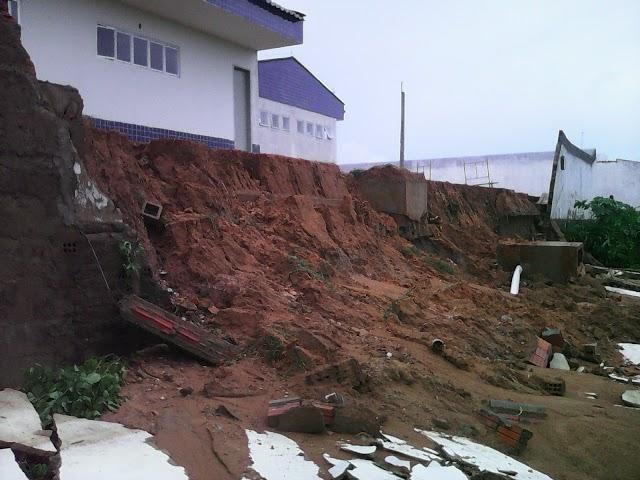 Chuva de 110 mm em Milagres derruba muro de escola e água invade casa: Veja foto e vídeo