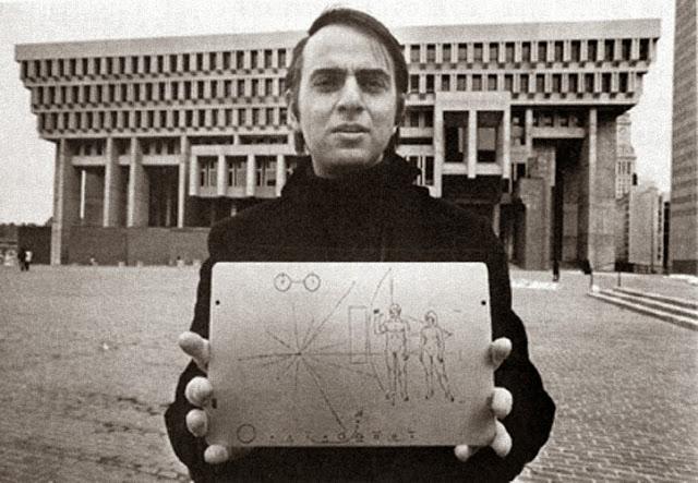 Ο Carl Sagan με την χρυσή πλάκα Pioneer