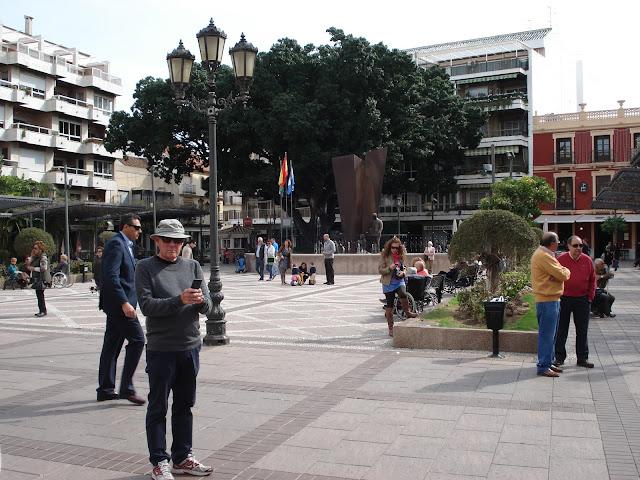 W centrum miasta Fuengirola znajduję się plac doskonały na krótki odpoczynek.