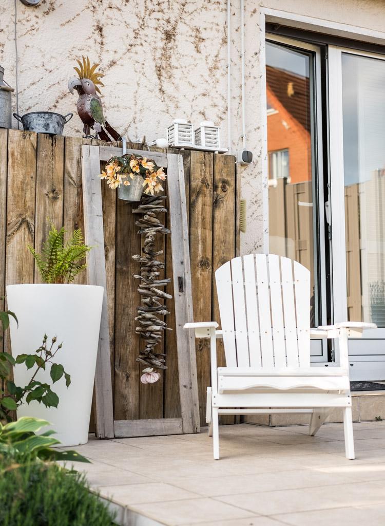www.fim.works | Lifestyle-Blog | Terrasse mit Adironduck-Chair, Relaxstuhl, weiße Gartenmöbel, Terrassendeko, altes Holz als Deko auf der Terrasse, Wandverkleidung aus altem Holz