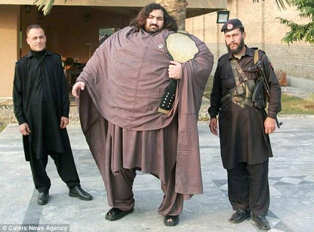 El Hulk paquistaní pesa 435 kilos y es el hombre más fuerte