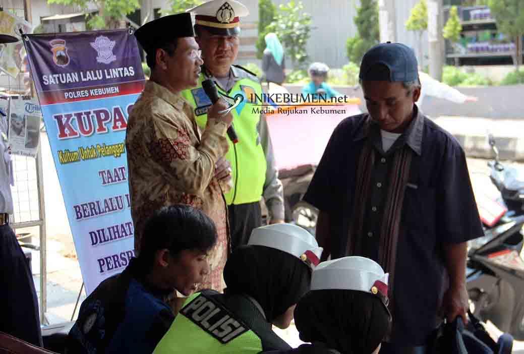 Terjaring Razia Polisi, Pelanggar Lalu Lintas Diberi Kultum Pak Kyai