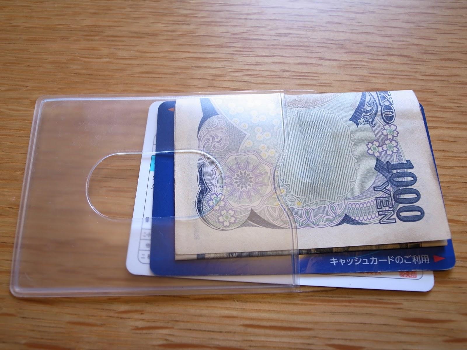 さすがカードケース。ぴったりです。 本当はカード1枚に対して1枚のカー...  ミニマリスト財布