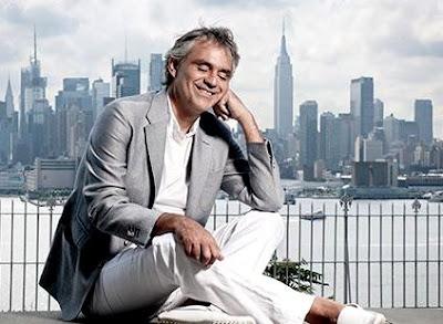 Foto de Andrea Bocelli sentado