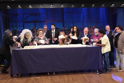 Participantes comem o bolo (Crédito: Leonardo Nones/SBT)