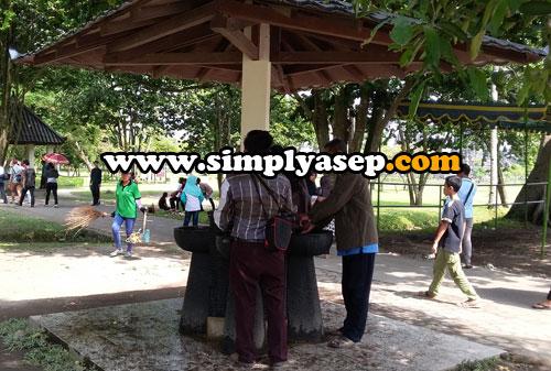 TIDAK DIMINUM  :  Tersedia air di pintu keluar Kawasan Candi Prambanan. Segar untuk mencuci tangan dan wajah, tapi tidak untuk diminum ya  Foto  Asep Haryon