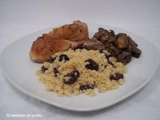 Cuscús con pasas, pollo y berenjenas