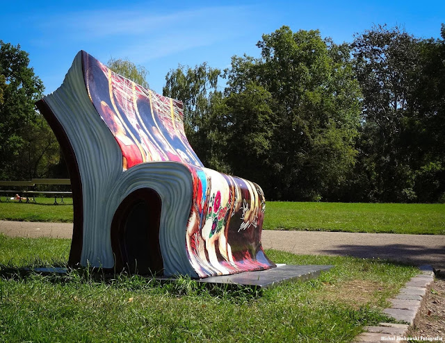 Książkowa ławeczka w Parku Skaryszewskim krzesło książka