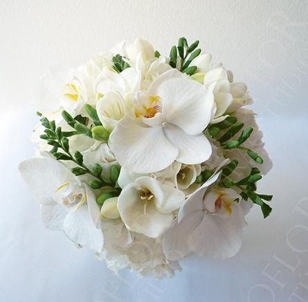 Fehér menyasszonyi csokor orchidea és frézia virágokból