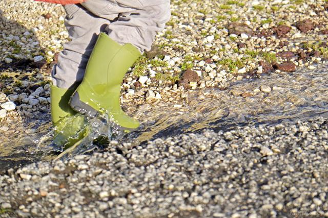 Fotografia di bambino che cammina in una pozzanghera