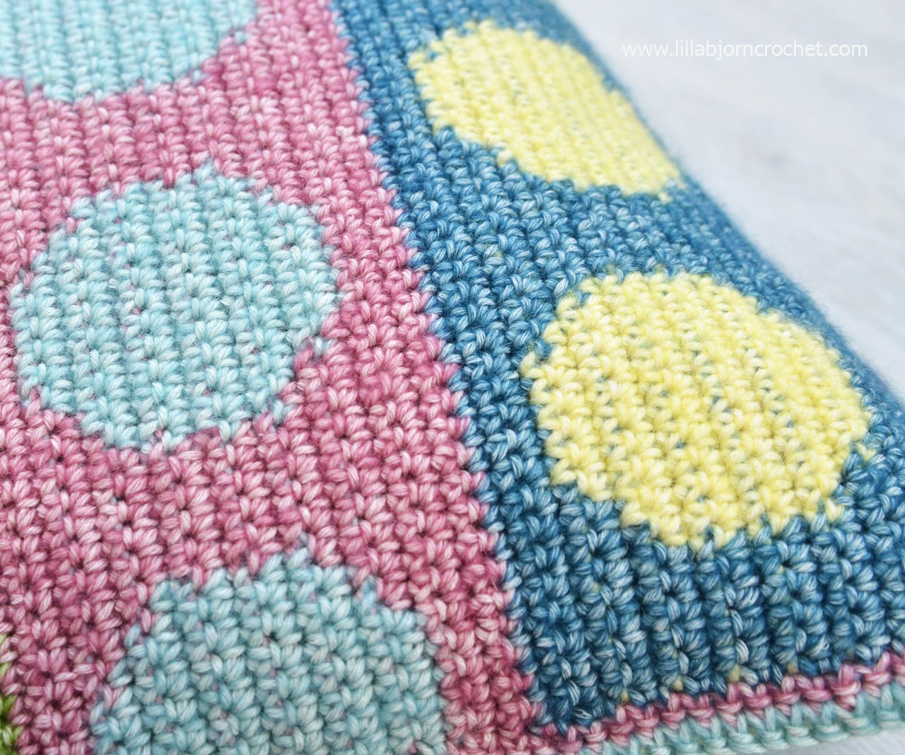 Crochet tapestry pillow cover with colorful circles. Free pattern by Lilla Bjorn Crochet