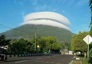 Heboh Fenomena Awan 'Tersangkut' di Gunung Tidore