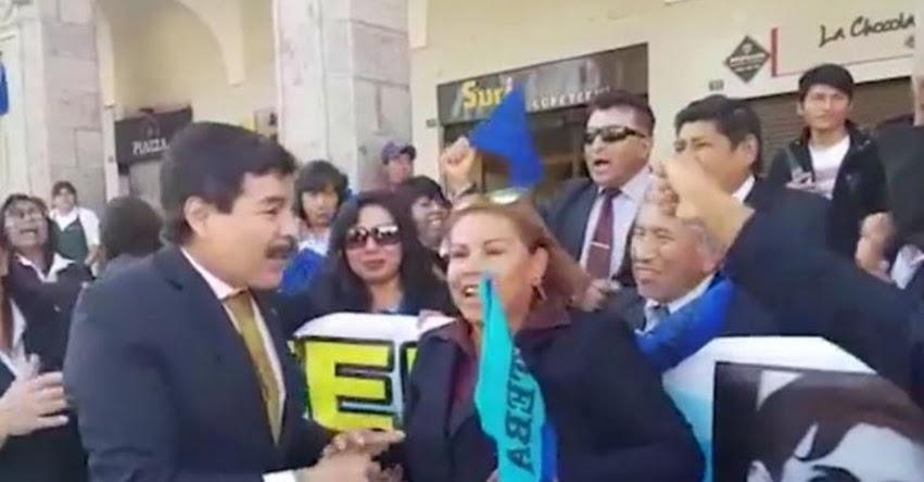 Candidatos de Arequipa en campaña se unen a marcha de protesta de docentes para tomarse foto