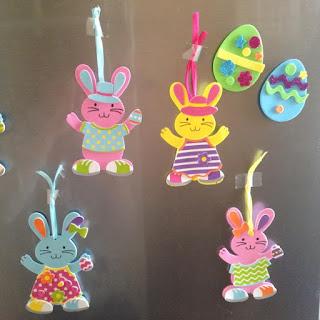 Loisirs créatifs Pâques: oeufs et lapins - petite fille deux ans et demi