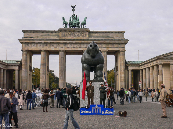 Escultura de caballo de Botero en la puerta de Branderburgo en Berlin