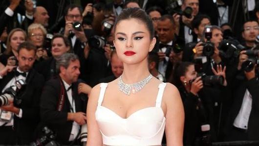 Absen di Met Gala, Selena Gomez Menggemparkan Karpet Merah Cannes