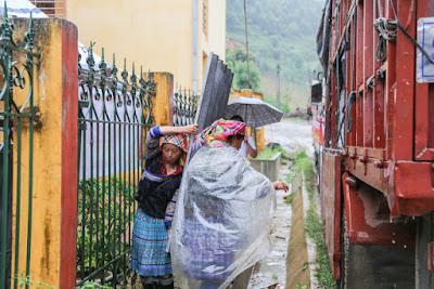 Tặng hàng ngàn tấm lợp cho người dân vùng lũ