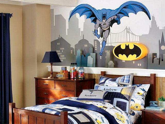 Dekorasi kamar tidur anak laki-laki bergaya vintage dengan walpapper tokoh superhero favorit.