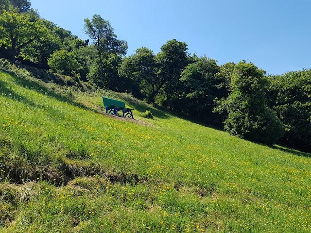 panchina gigante verde folteno solto collina