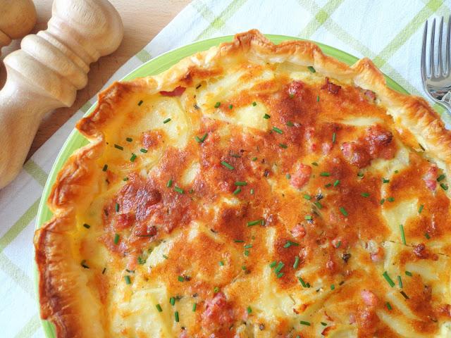 Tarta na francuskim cieście z ziemniakami i boczkiem (Torta salata di sfoglia con patate e pancetta)