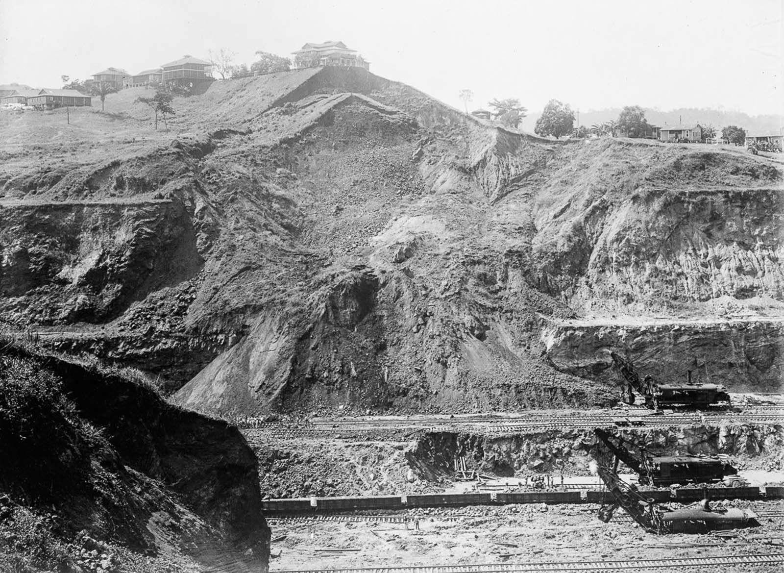By August 1907, 765,000 m³ (1,000,000 cubic yards) per month was being excavated; this set a record for the rainy season; soon afterwards this doubled, before increasing again. At the peak of production, 2,300,000 m³ (3,000,000 cubic yards) were being excavated per month.