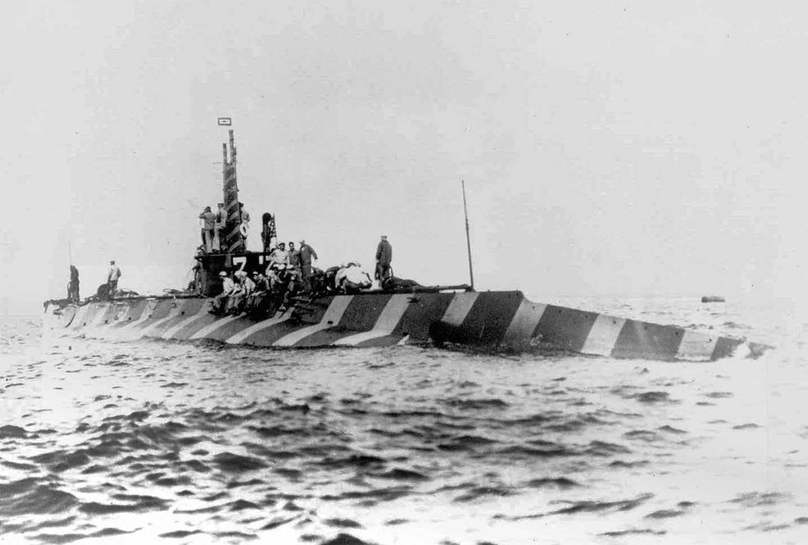 Az álcázott USS K-2 (SS-33), egy K-osztályú tengeralattjáró, a floridai Pensacola partján, 1916. április 12-én.