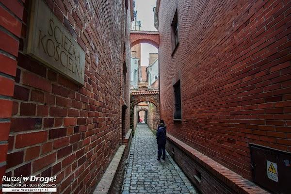 Ścieżka Kościelna - uroczy zaułek w Elblągu