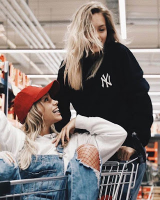 foto tumblr de amigas en carrito de supermercado