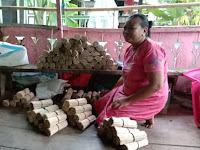 30 Emak-Emak Pengrajin Tusuk Sate Di Kalabbirang Minta Pemberdayaan Pemerintah