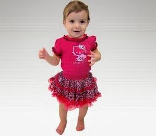 Foto bayi lucu pakai baju hello kitty pink cantik