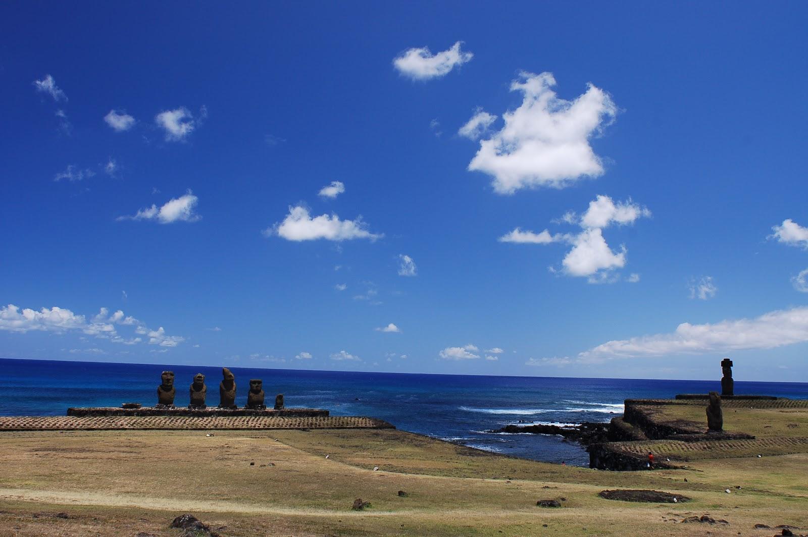 イースター島のアフ・タハイの五体と少し離れた一体ずつの二体のモアイ