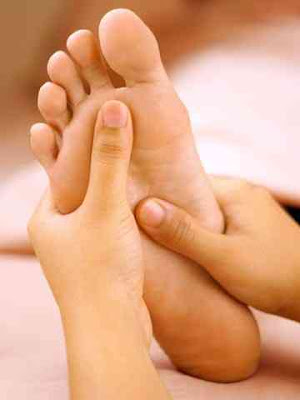 Use a few drops of the chosen oil or butter and rub it on your feet. It is best to oil or butter stands in a metal bowl. Rub it gently in both directions for a period of 2-10 minutes on both feet. Then wash your feet with warm water. Massage can be done at any time of the day, but the best is just at bedtime.