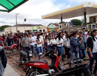 População vai às ruas em protesto